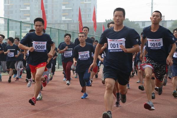 多人跑步简笔画